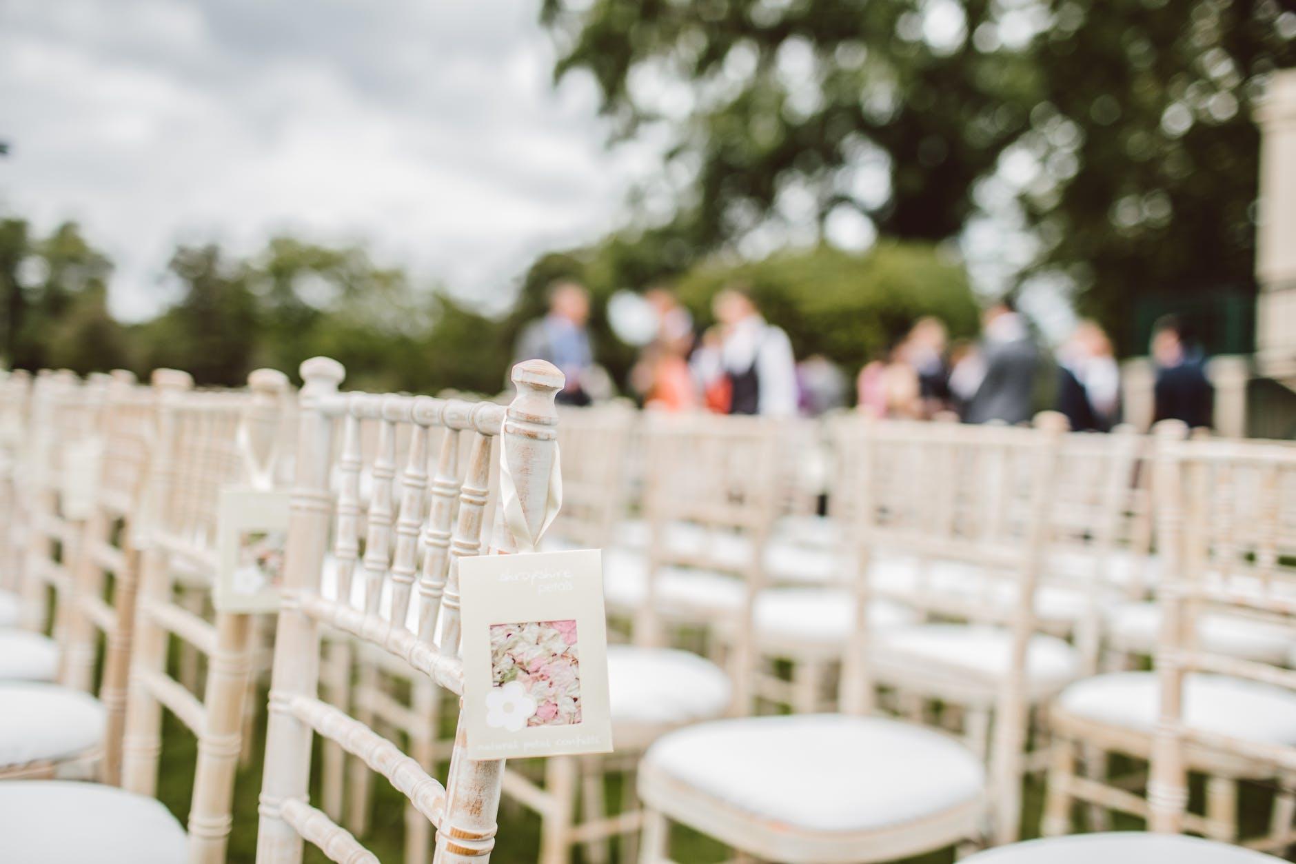 Svatební židle na zahradě