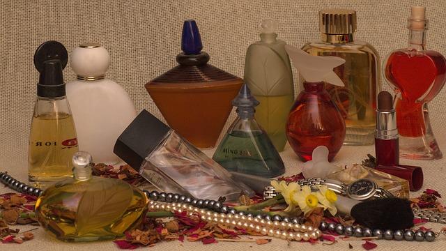 zátiší parfémy.jpg