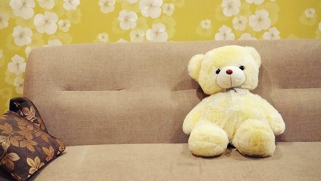 medvídek na gauči