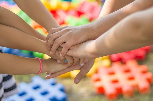 děti držící se za ruce