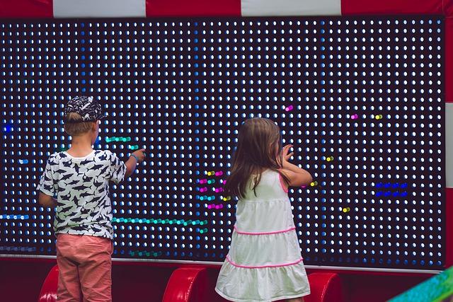 dvě děti a interaktivní deska