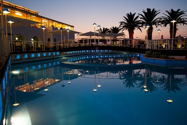 bazén při západu Slunce