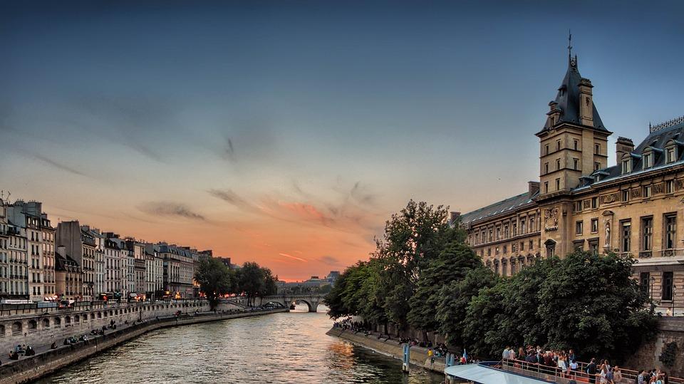Řeka Seina při zapadajícím slunci